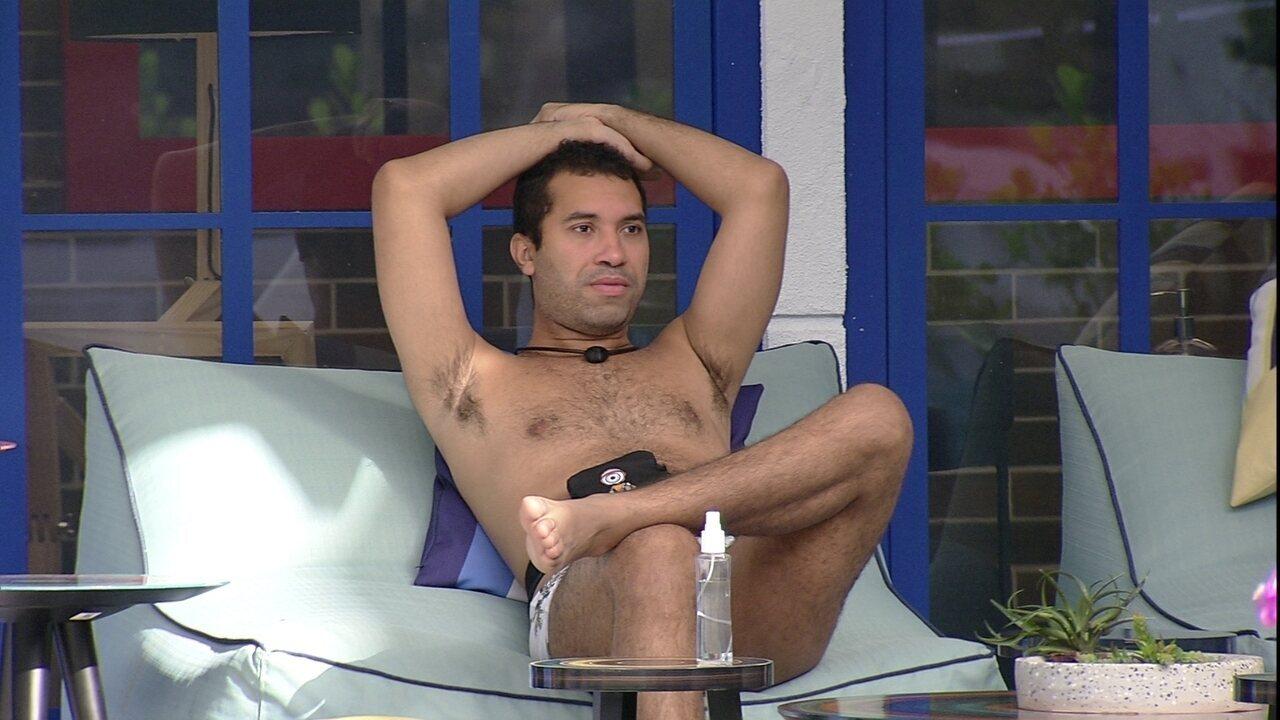 Sozinho na varanda do BBB21, Gilberto reflete: 'Achei que ia sair na segunda semana'