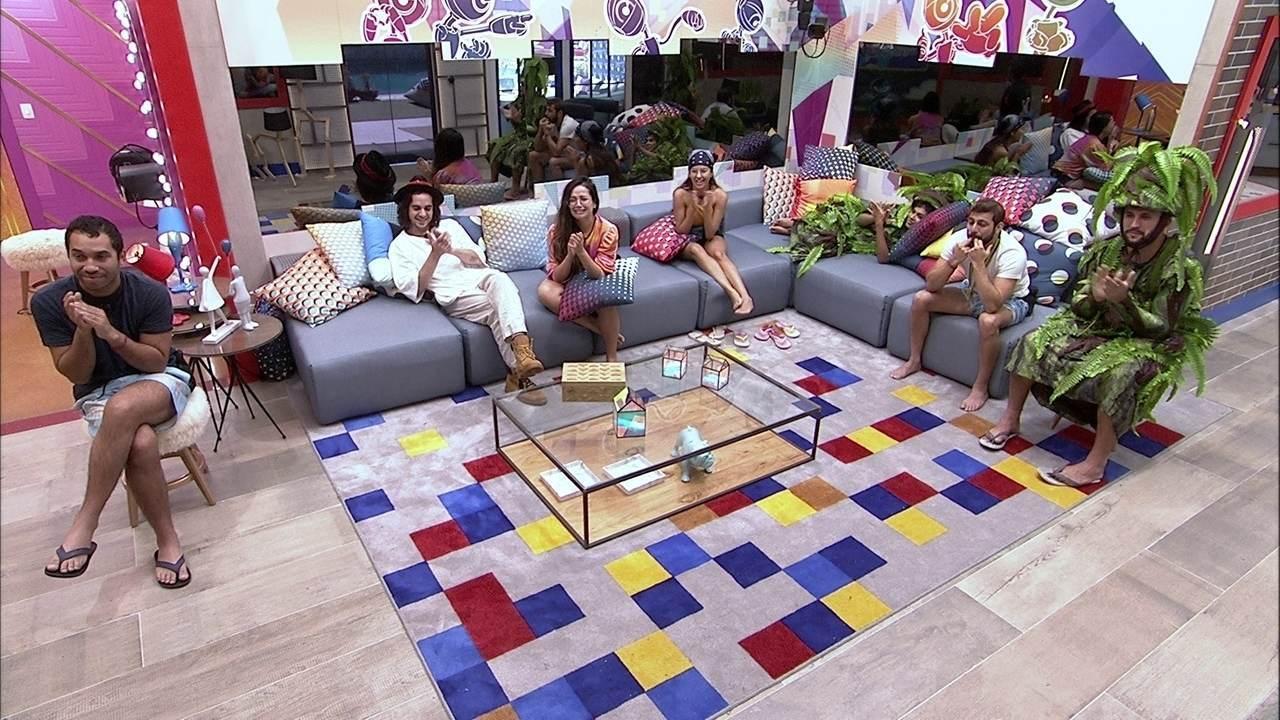 Na sala do BBB21, brothers se emocionam com o Presente do Anjo João Luiz
