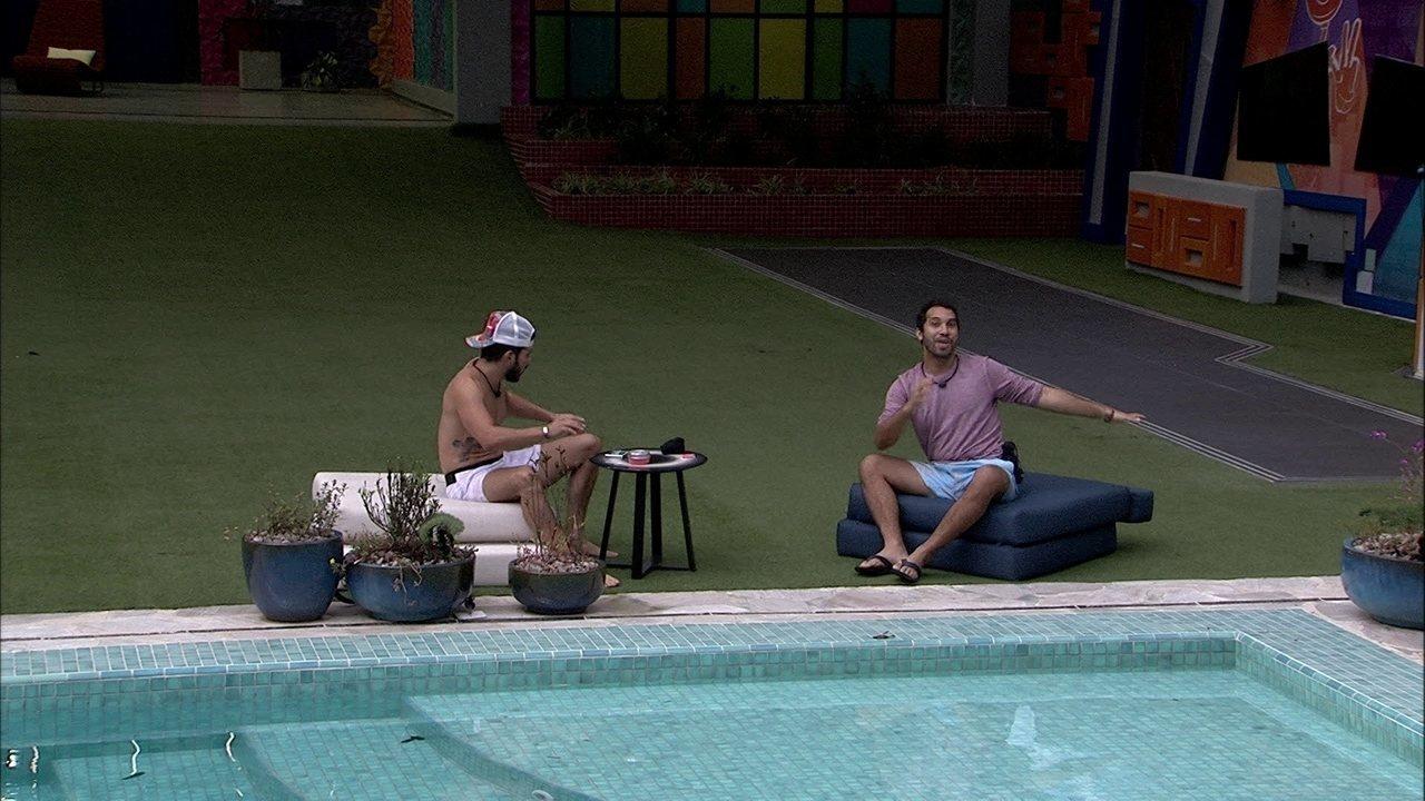 Caio e Gilberto criam música na beira da piscina: 'Não elimine a gente'