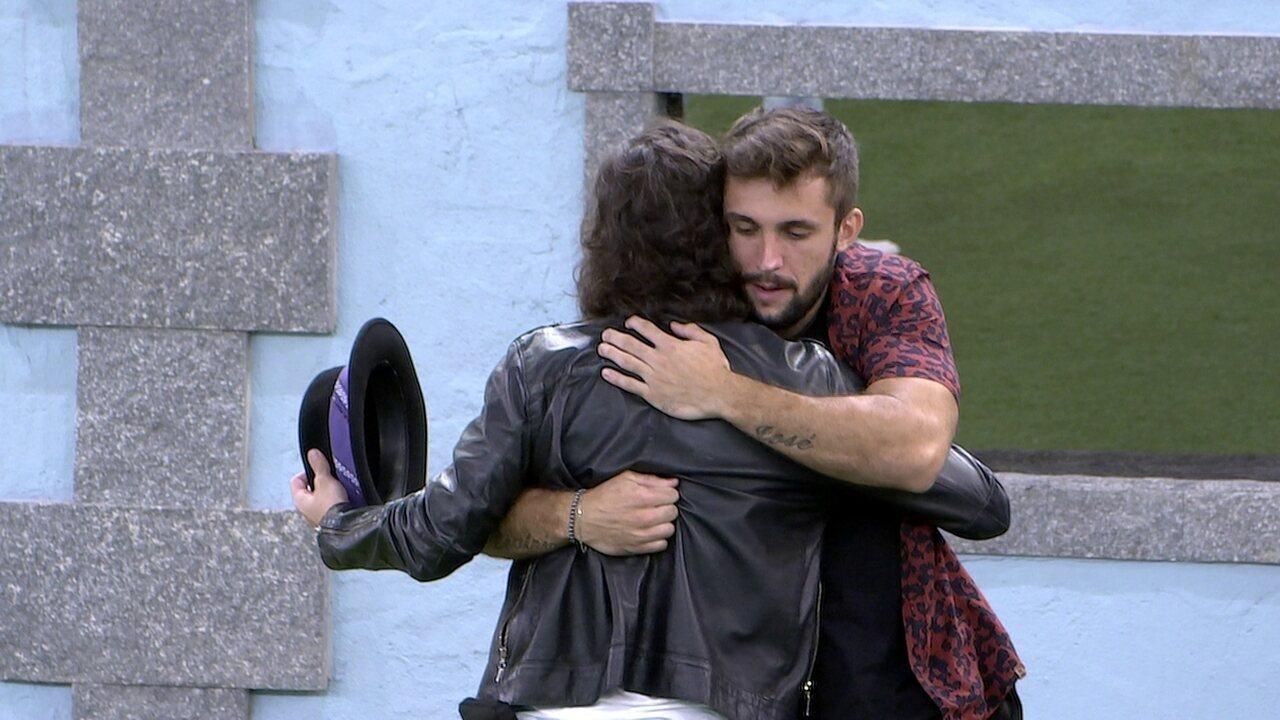 No BBB21, Arthur e Fiuk se abraçam, e o instrutor diz: 'Você me ensinou muita coisa aqui'