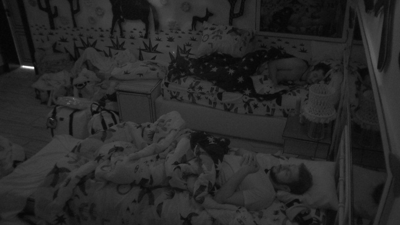 Brothers dormem após madrugada de Festa Cor & Ton no BBB21