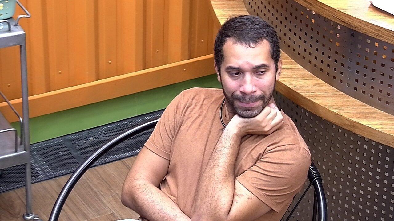 Em dia pós-Formação de Paredão, Gilberto chora sozinho e diz: 'Eu cheguei no Top 9'