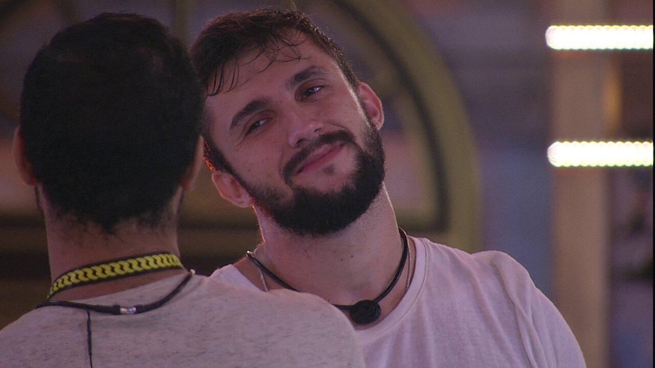 Arthur comenta com Gilberto sobre permanência no BBB21: 'Ainda tem espaço para mim'
