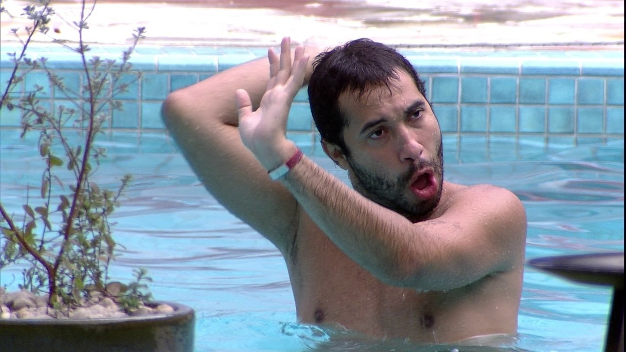 Gilberto faz performance na piscina e Juliette brinca: 'Ótimo. Nota zero'
