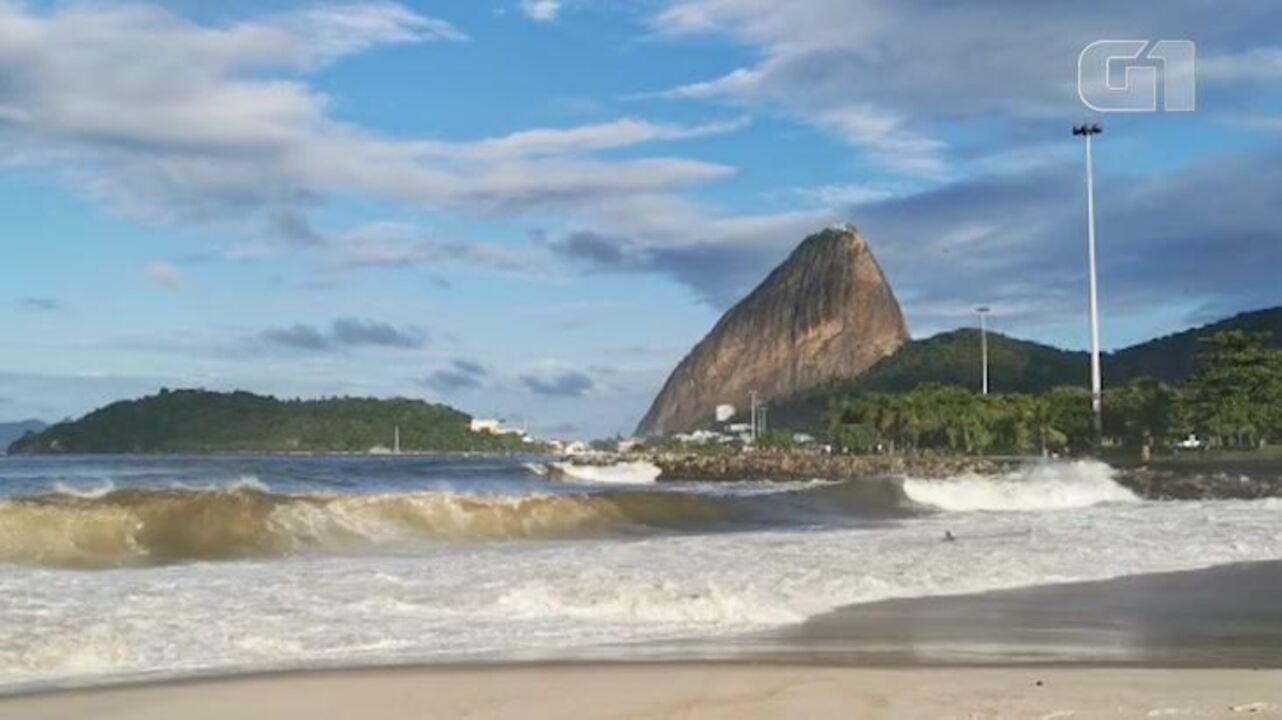 Surfistas aproveitam ondas causadas por ressaca na Praia do Flamengo