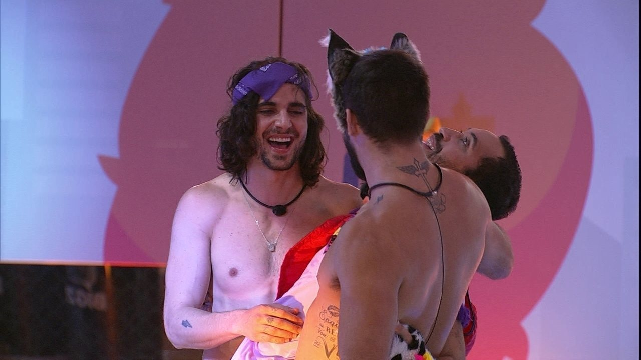 Gilberto é abraçado por brothers e vibra no BBB21: 'Ai Brasil, estou muito feliz'