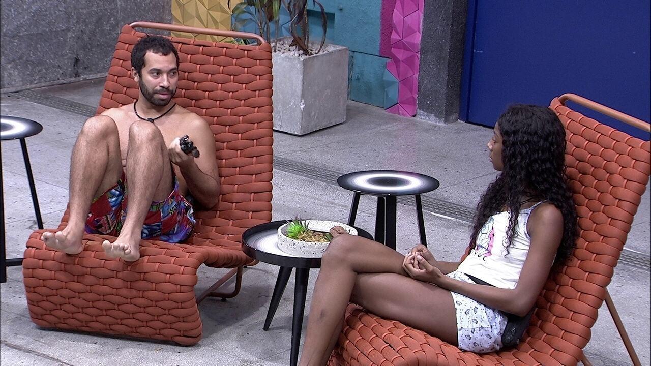 Gilberto e Camilla de Lucas continuam conversando na área externa da casa do BBB21