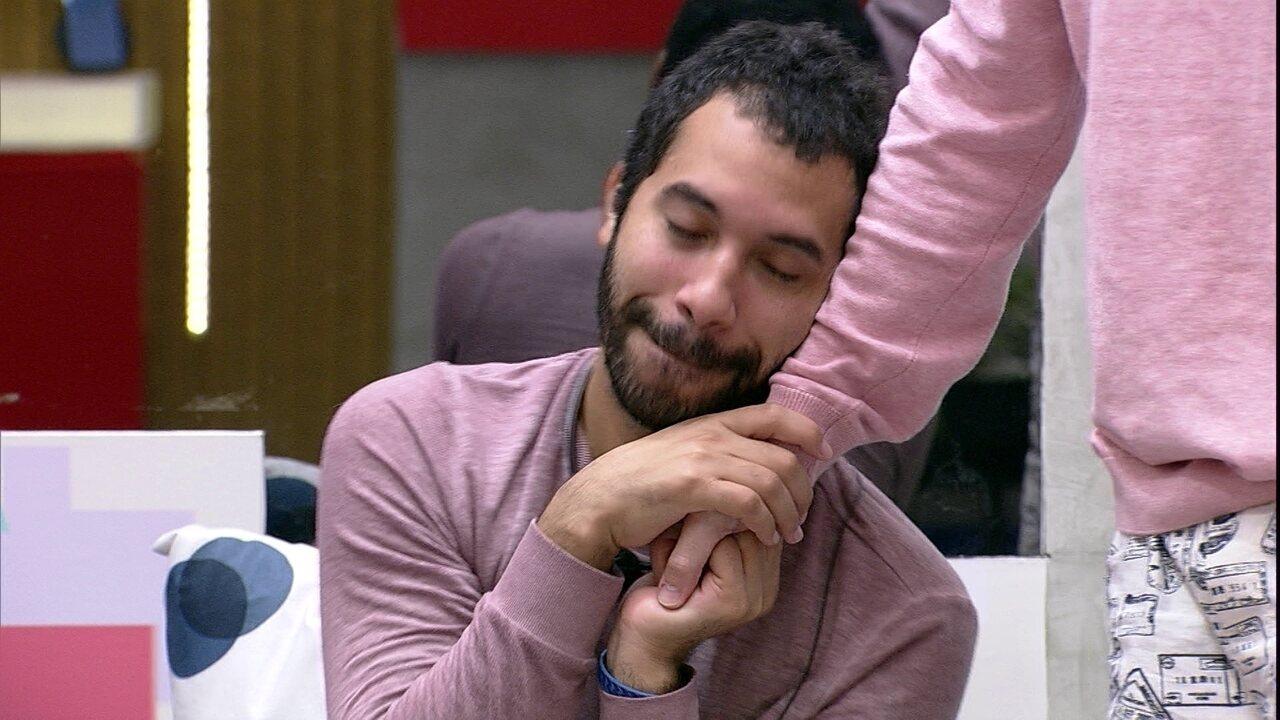 No BBB21, Gilberto faz carinho em Fiuk e avisa: 'Estou me aproveitando mesmo'