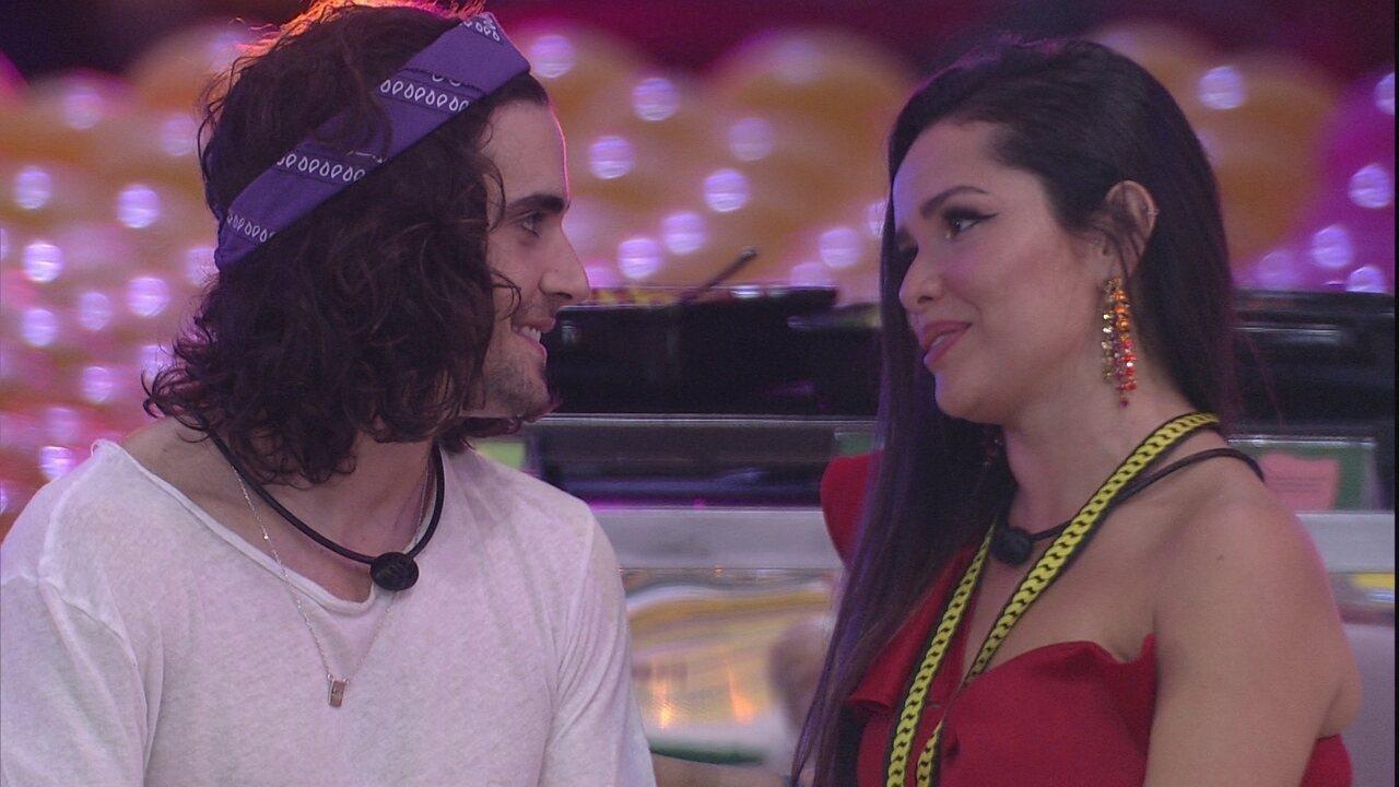 Fiuk pede a Juliette em festa do BBB21: 'Fala mais perto'
