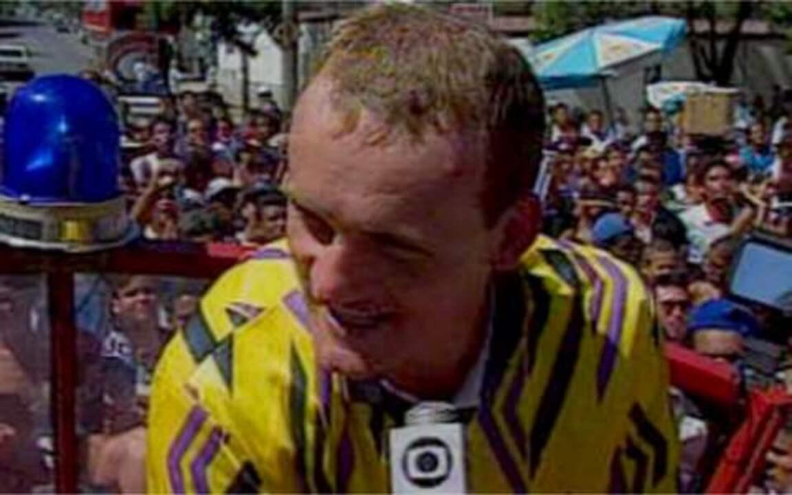 Em 1995, Taffarel é recebido com festa pela torcida do Atlético-MG