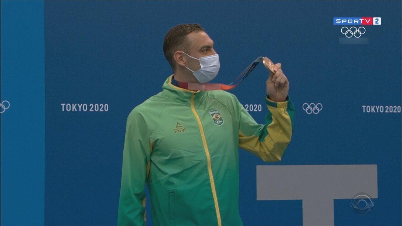 Fernando Scheffer conquista medalha de bronze nos 200 metros livre em Tóquio