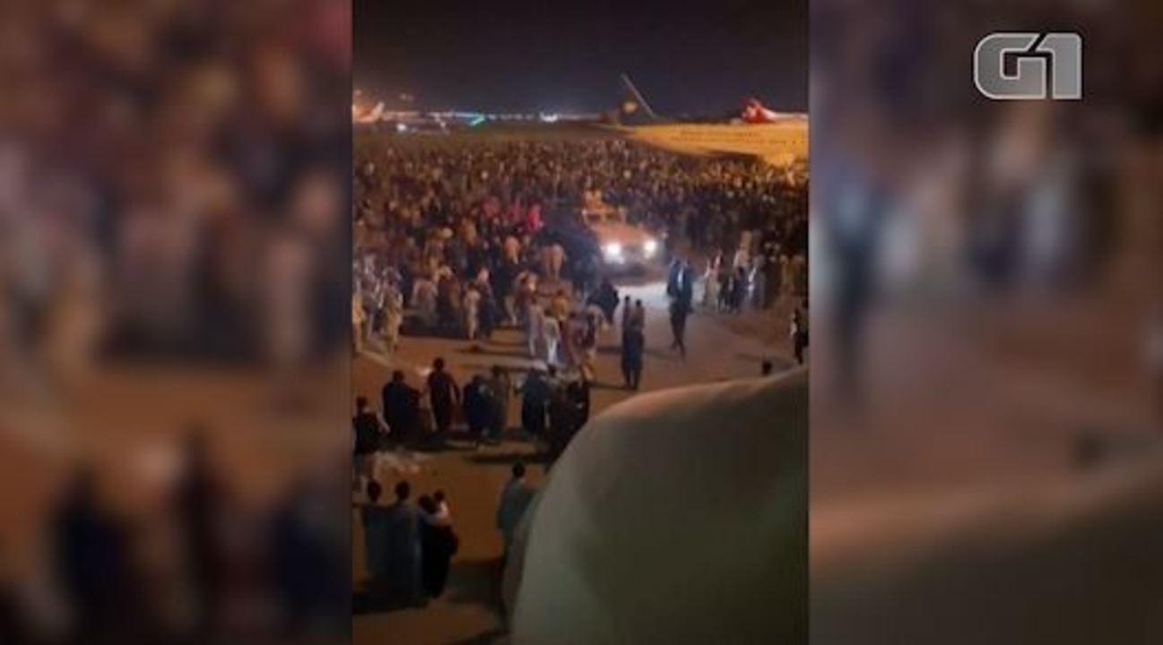 Video: una folla all'aeroporto di Kabul cerca di lasciare l'Afghanistan