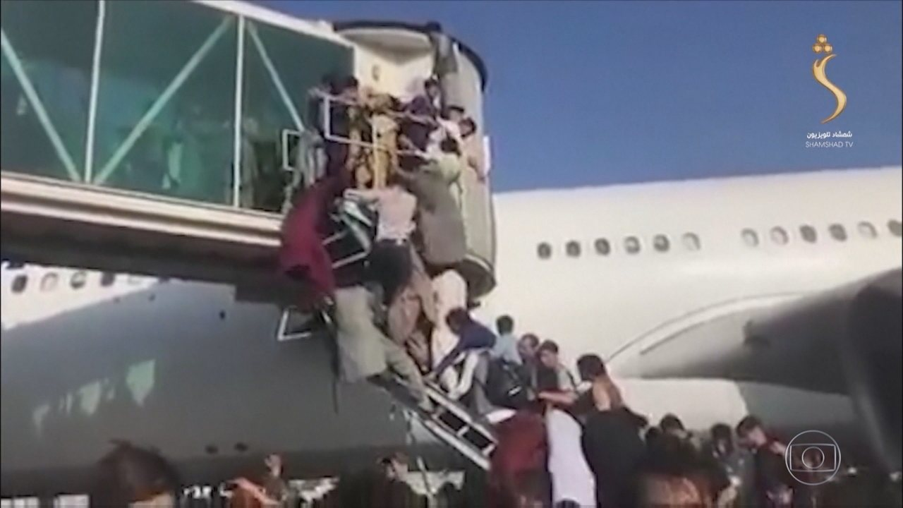 Frustrated Afghans occupy Kabul airport and board a plane to leave the Taliban