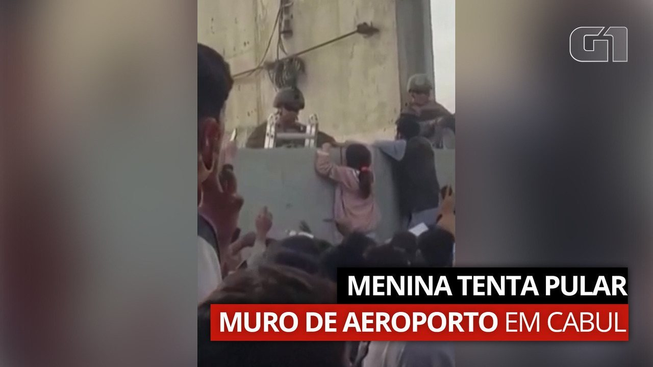 Video: Woman tries to cross the airport wall in Kabul