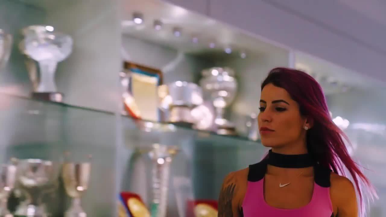 Letícia Bufoni faz manobras com seu skate em tour no McLaren Technology Centre