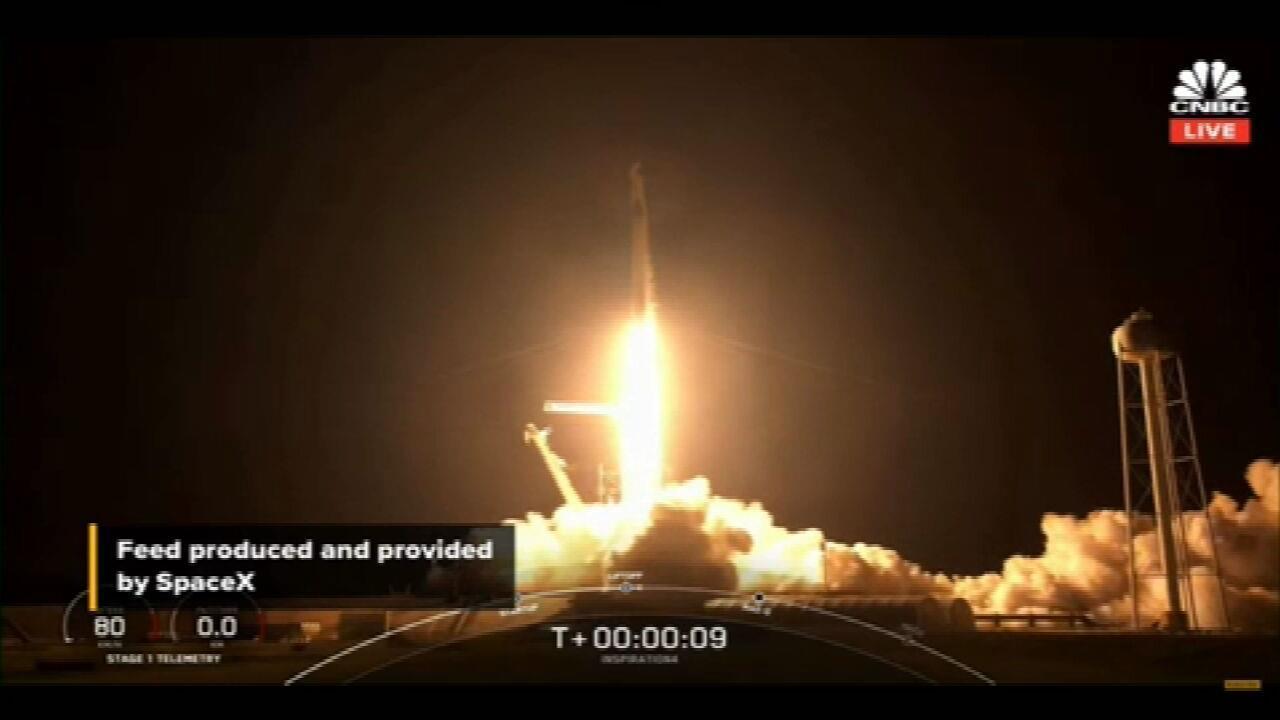 SpaceX, de Elon Musk, decola para 1º voo orbital com civis no espaço
